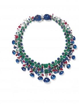Collier Tutti Frutti en platine, saphirs, émeraudes et diamants (146,9 carats). Chaque boule d'émeraude, rubis ou saphir est cloutée d'un diamant serti clos. (© Nick Welsh, Collection Cartier).
