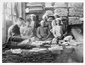 Jacques Cartier achetant des pierres à des marchands indiens (archives Cartier).