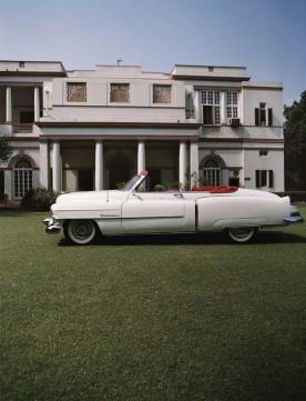 La Cadillac Séries 62 1951 du maharadja Tehri Garwah devant sa résidence de New Delhi. Si certains maharadjas ont conservé leurs titres, ils n'ont aujourd'hui plus de pouvoir (photo Aline Coquelle, Cartier 2008).