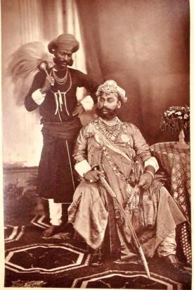 Le Maharadja d'Indore en 1877, et le Maharadja de Patiala dans les années 1920.