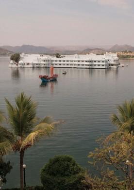 Le Lake Palace, construit dans les années 1750. Le palais du maharadja Jagat Singh II bâti au milieu du lac Pichola est devenu le Lake Palace, un hôtel de luxe absolument unique au monde. La Reine d'Angleterre Elisabeth II, le Shah d'Iran et Jacqueline Kennedy y ont séjourné. Le film James Bond Octopussy a tiré parti de sa fabuleuse architecture.