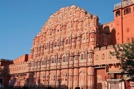 Le Palais des Vents, à Jaipur (capitale du Rajasthan) est considéré comme l'une des merveilles de l'architecture rajput. Construit au XVIIIème siècle pour les dames de la maison royale, il ne compte pas moins de 953 fenêtres et balcons de grès rose. Vertigineux !